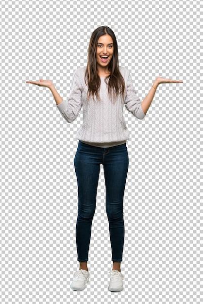 Ein schuss in voller länge einer jungen hispanischen brunettefrau mit entsetztem gesichtsausdruck Premium PSD