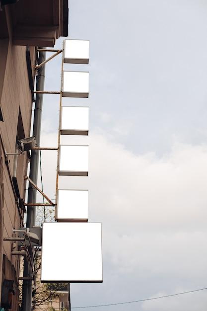 Eine mittelgroße werbetafel in einer stadtstraße zieht die aufmerksamkeit auf sich Premium PSD
