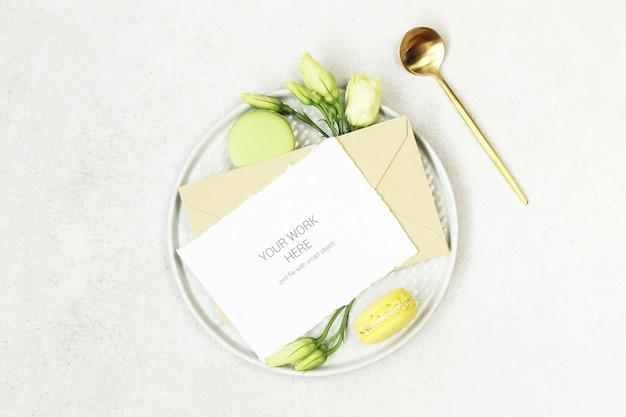 Einladungskartenmodell auf platte mit löffel Premium PSD