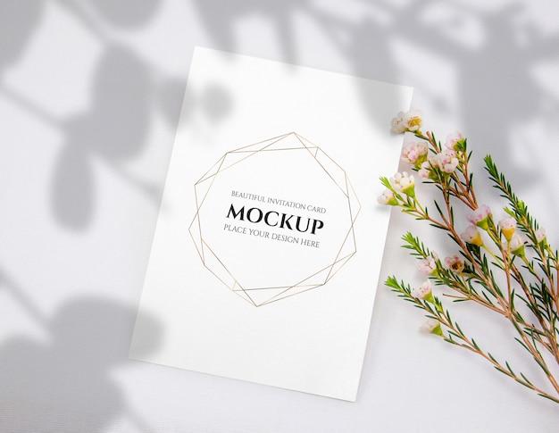 Einladungskartenmodell mit blume. Premium PSD