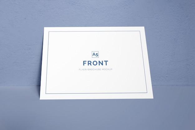 Einzelne visitenkarte, die auf ein wandmodell legt Premium PSD
