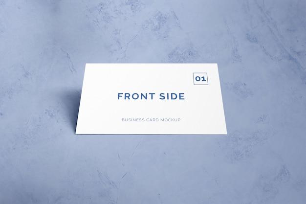 Einzelne visitenkarte, die auf marmormodell legt Premium PSD