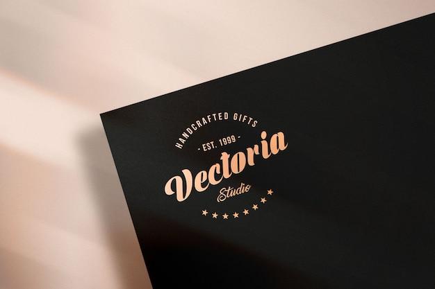 Elegantes logo-modell auf papier Premium PSD