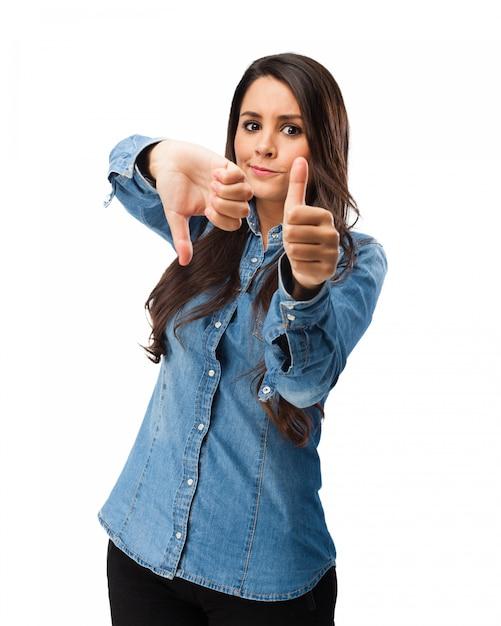 Expressive mädchen zeigen handgesten Kostenlosen PSD