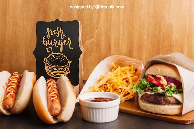 Fastfood-modell mit hotdogs und hamburger Kostenlosen PSD