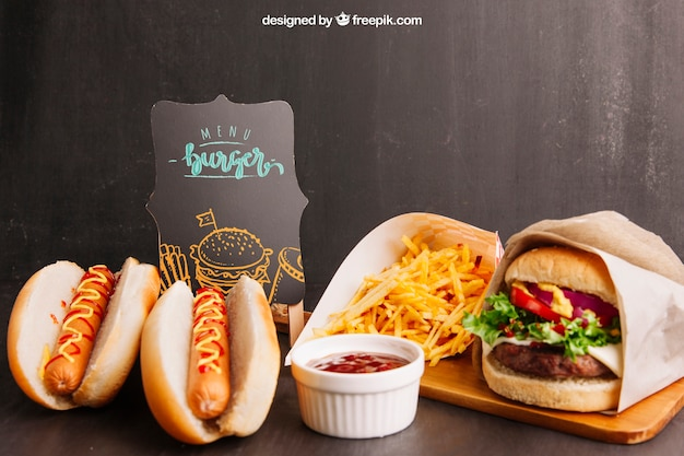 Fastfood-modell mit zwei hotdogs und hamburger Kostenlosen PSD