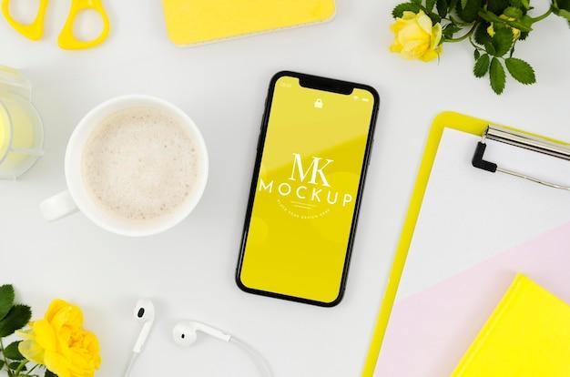 Flach gelegtes smartphone-modell mit tasse Kostenlosen PSD