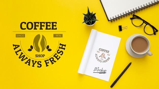 Flache lage der schreibtischoberfläche mit gläsern und kaffee Kostenlosen PSD
