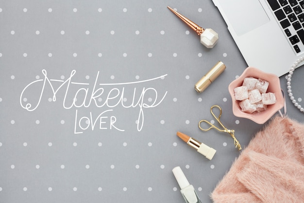 Flache lage des make-upkonzeptmodells Kostenlosen PSD