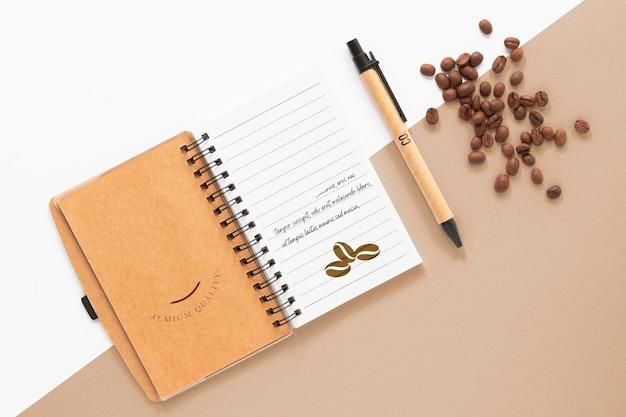 Flaches notizbuch und kaffeebohnen Kostenlosen PSD