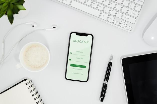 Flaches smartphone-modell auf dem schreibtisch Kostenlosen PSD