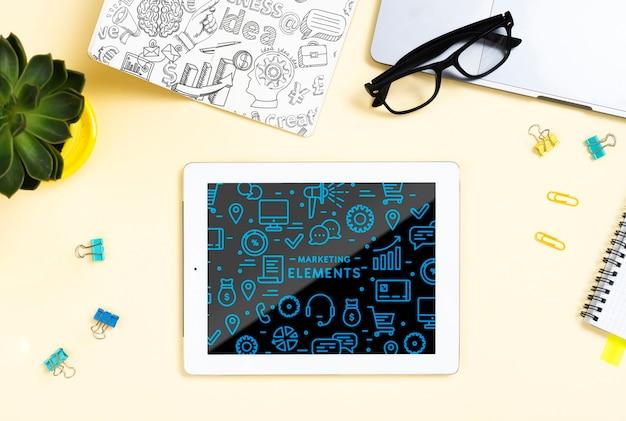 Flachlagensortiment mit tablett und brille Kostenlosen PSD