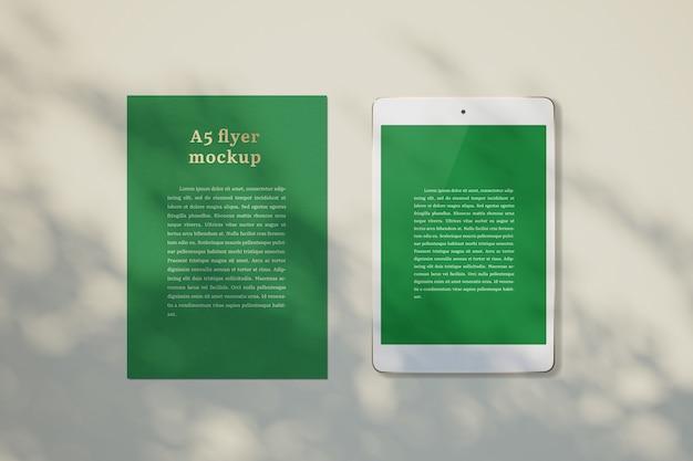 Flyer mockup in einem desktop Kostenlosen PSD