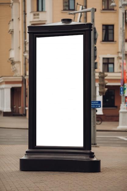 Foto einer großen plakatwand, die auf der straße steht, wo viele leute gehen Kostenlosen PSD