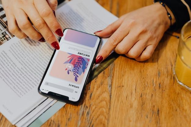 Frau, die aktualisierungen an ihrem intelligenten telefon überprüft Premium PSD