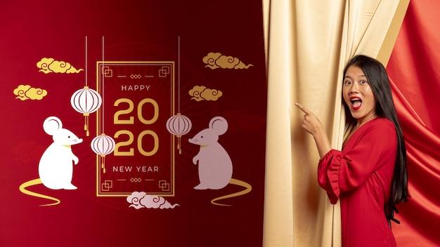 Frau, die auf datierte dekoration des neuen jahres zeigt Kostenlosen PSD