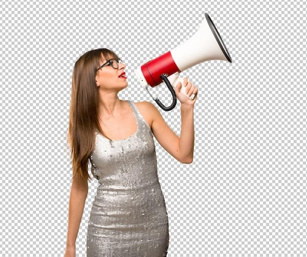 Frau, die ein paillettenbesetztes kleid trägt Premium PSD