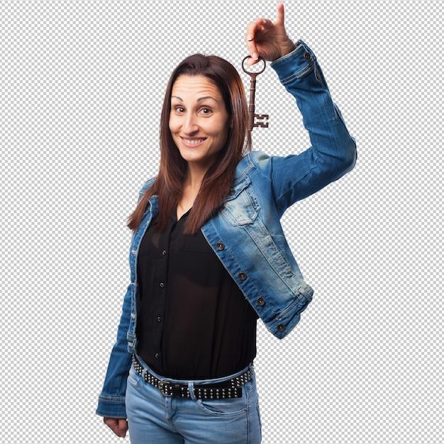 Frau, die einen schlüssel hält Premium PSD