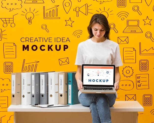 Frau, die laptop hält Kostenlosen PSD