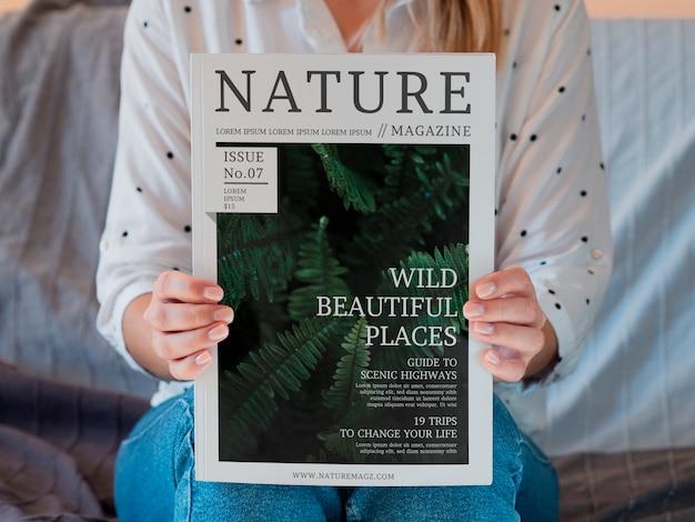 Frau, die zeitschrift über natur hält Kostenlosen PSD