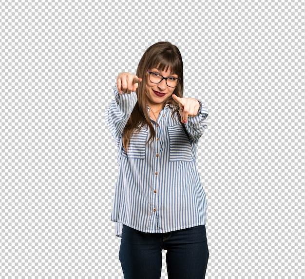 Frau mit brille zeigt finger auf sie beim lächeln Premium PSD