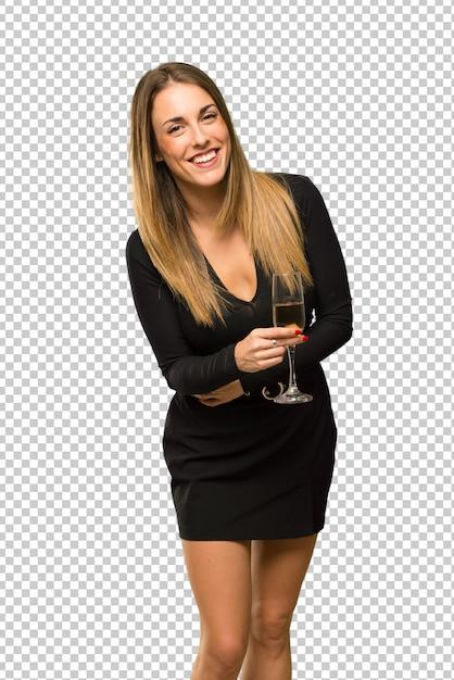 Frau mit dem champagner, der das neue jahr 2019 feiert, die arme beim lächeln gekreuzt hält Premium PSD
