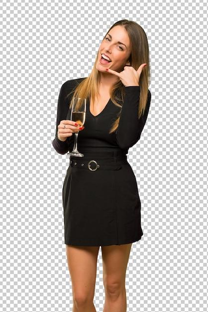 Frau mit dem champagner, der das neue jahr 2019 feiert, telefongeste machend. ruf mich zurück zeichen Premium PSD