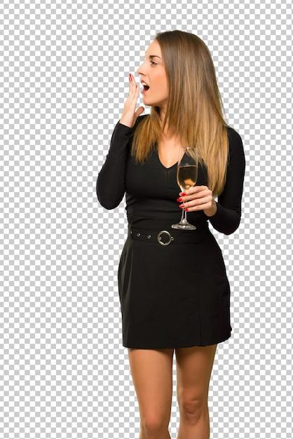 Frau mit dem champagner, der den neuen jahr 2019 feiert, der mund mit der hand gähnt und bedeckt Premium PSD