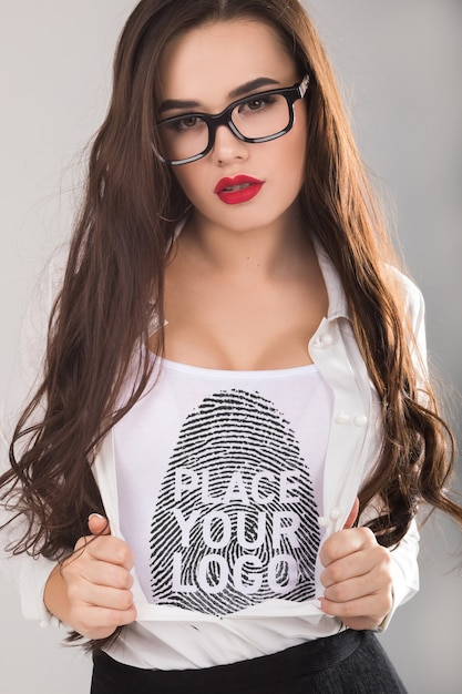 Frau t-shirt mock-up Kostenlosen PSD