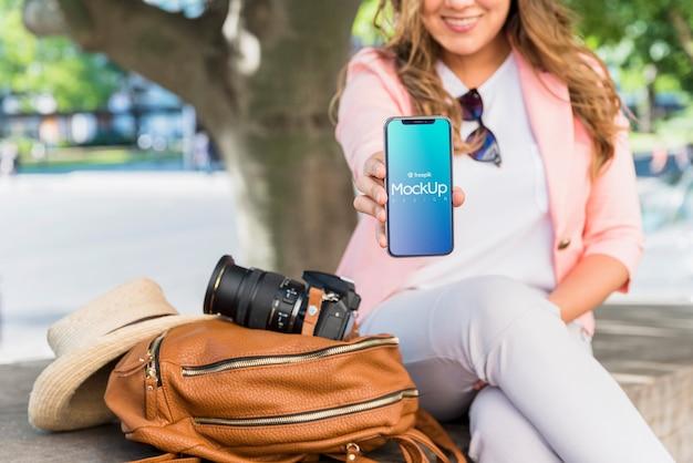 Freundliche frau, die smartphonemodell darstellt Kostenlosen PSD