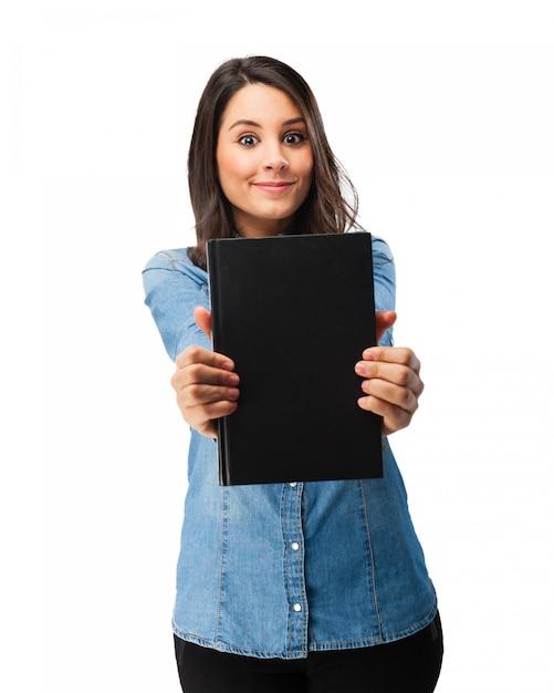 Fröhlich student ihr buch mit schwarzer abdeckung zeigt Kostenlosen PSD