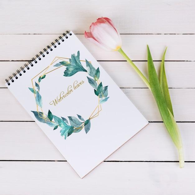 Frühlingsnotizbuch-modell mit zierpflanze in der draufsicht Kostenlosen PSD