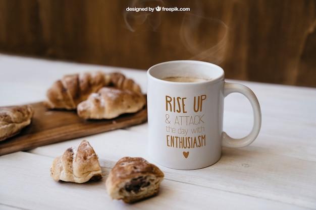 Frühstück mockup mit croissants Kostenlosen PSD