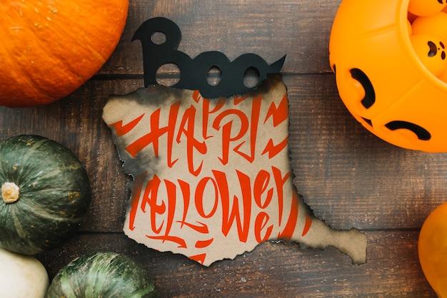 Gebranntes papiermodell mit halloween-konzept und -kürbisen Kostenlosen PSD