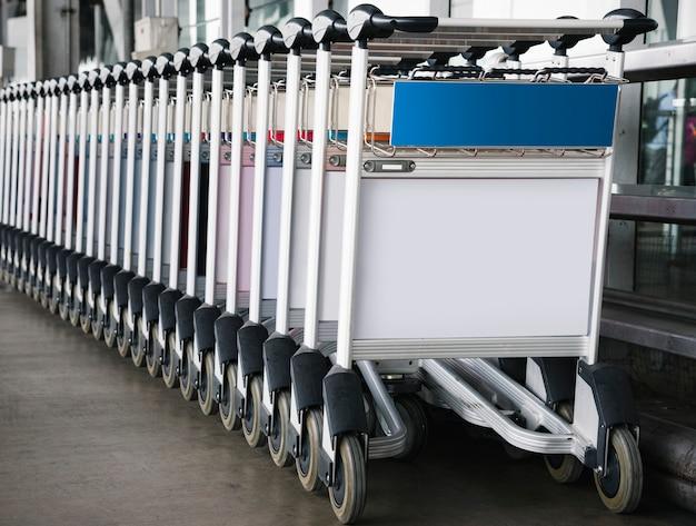 Gepäckwagen am flughafen mit zeichenmodell Kostenlosen PSD