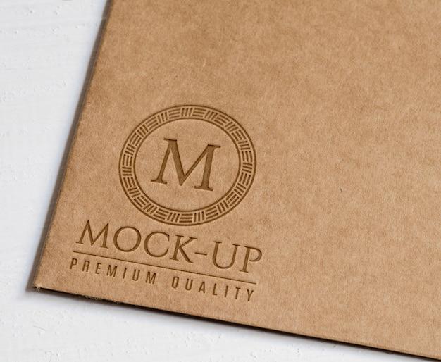 Geprägtes logo auf rustikalem braunem papier Premium PSD