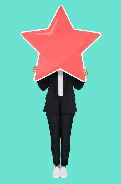 Geschäftsfrau, die ein goldenes sternbewertungssymbol hält Premium PSD