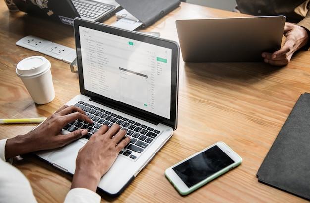 Geschäftsleute, die mit laptop arbeiten Kostenlosen PSD