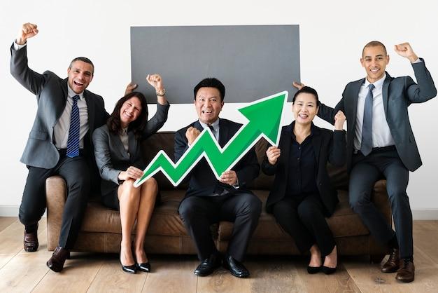 Geschäftsleute, die zusammen mit statistikikone sitzen Premium PSD