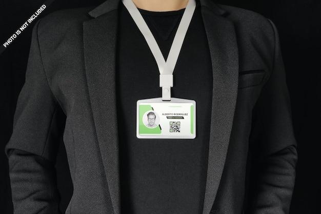Geschäftsmann, der id-karte um halsmodellentwurf lokalisiert trägt Premium PSD