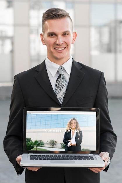 Geschäftsmann, der laptopmodell darstellt Kostenlosen PSD