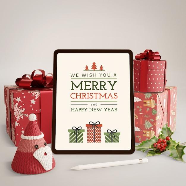 Geschenke eingewickelt und tablette mit weihnachtsthema Kostenlosen PSD