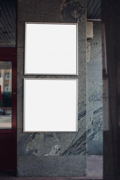 Großes lichtschild, plakatwand ist an der wand des gebäudes Kostenlosen PSD