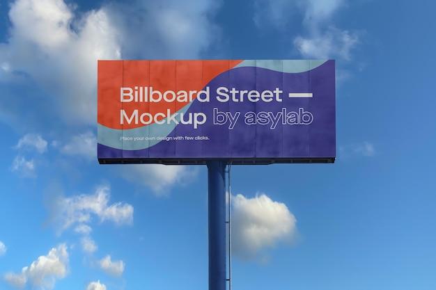 Großes plakatmodell auf blauem himmel mit wolken Kostenlosen PSD