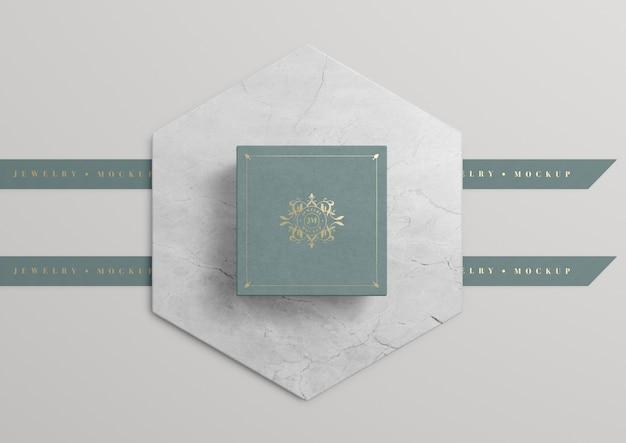 Grüne schmuckschatulle auf marmor mit goldenem symbol Kostenlosen PSD