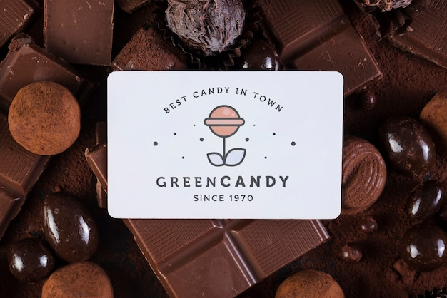 Grüne süßigkeitsshopkarte umgeben durch bonbons Kostenlosen PSD