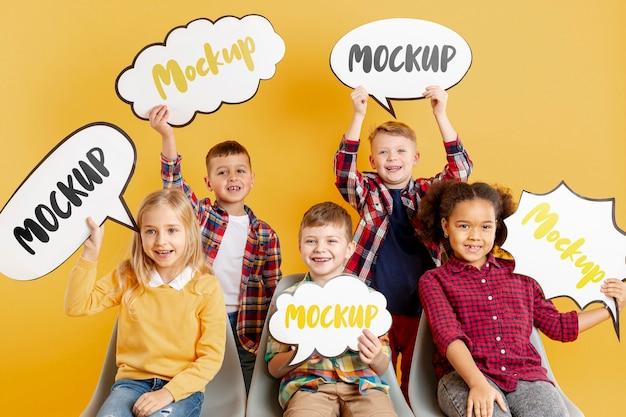 Gruppe von kindern, die modell-chat-blasen halten Kostenlosen PSD
