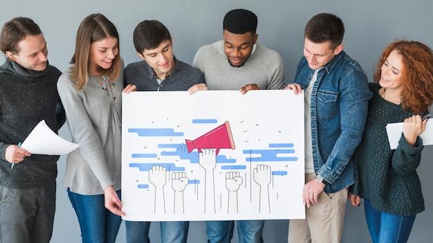 Gruppe von personen, die plakatmodell für nächstenliebe hält Kostenlosen PSD