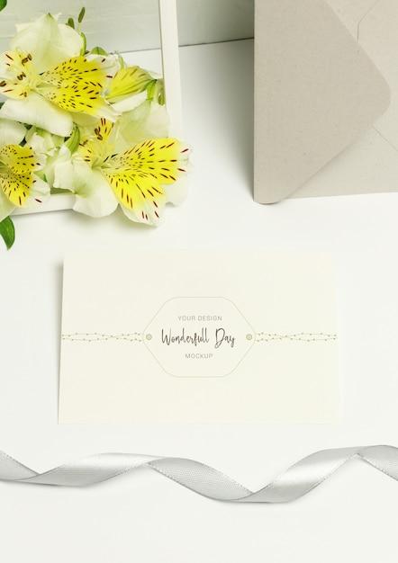 Grußpostkarte auf weißem hintergrund, blumenstrauß blüht, graues band Premium PSD