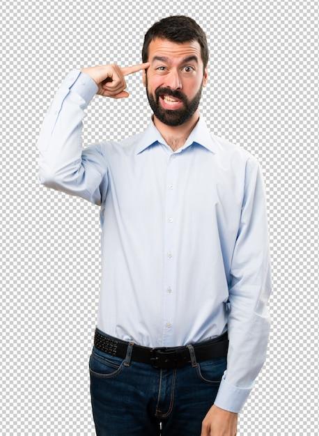 Gut aussehender mann mit bart, der verrückte geste macht Premium PSD